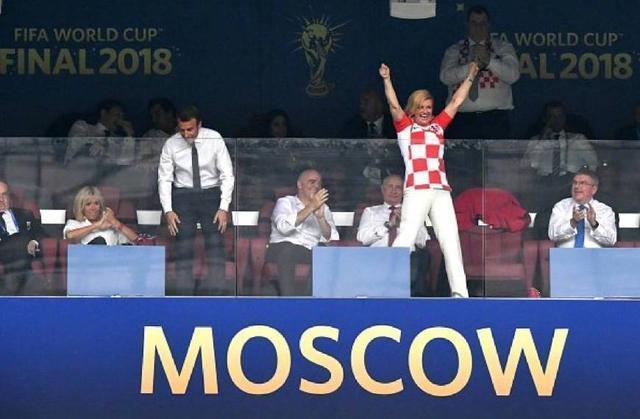 克羅埃西亞美女總統笑對失利!與法國總統相視一笑,擁抱行貼面禮 - M頭條