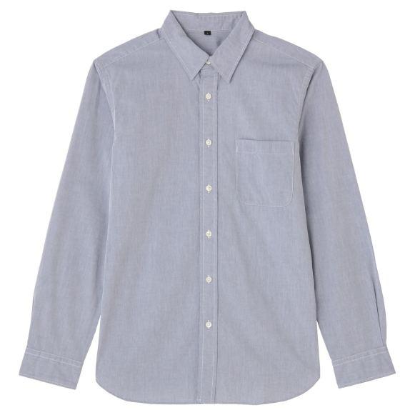 タックインしても出してきてもどちらもおしゃれに決まる無印良品のブロードシャツ。大げさではないさりげなく丸くカットされたヘムラインが丁度いい。