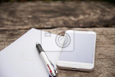 sticker stylo et bloc notes sur le bureau en bois