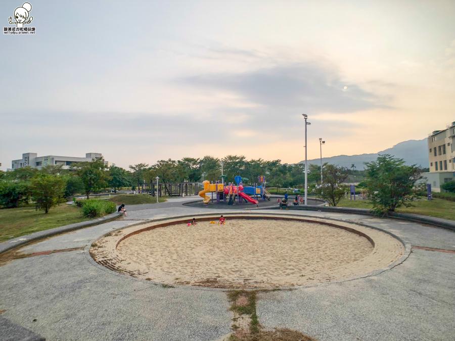 中都濕地旁隱藏版的美都公園沙坑與兒童遊戲場,孩子的快樂天堂、捉迷場、造型滑梯、寬敞沙池
