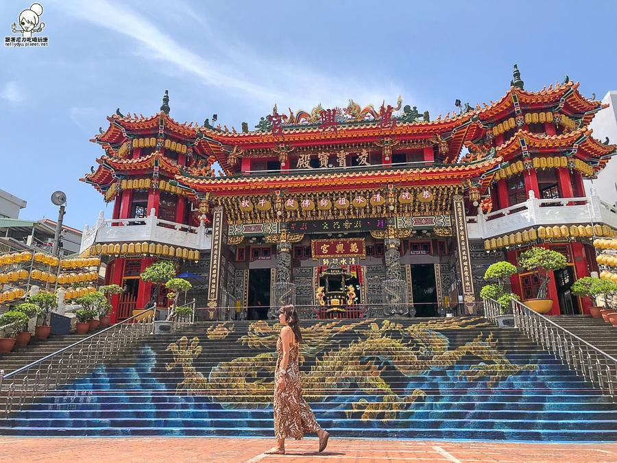 巨大3D龍彩繪就在前金萬興宮,祈求平安、摸摸財神爺招財