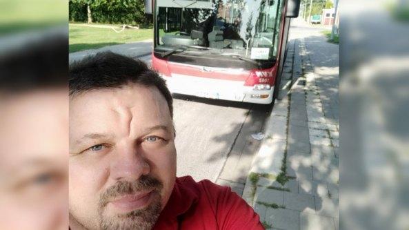 Bild mit Person und Bus im Hintergrund