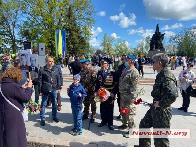 В Николаеве ко Дню Победы горожане возложили цветы к мемориалу Ольшанцев