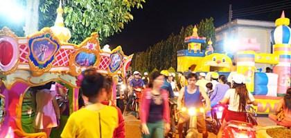 夜市文化大不同!越南夜市根本是兒童遊樂園來著!旋轉木馬、咖啡杯、森林小火車、碰碰車通通有!