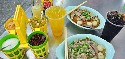 曼谷BTS Phrom Phong 澎蓬站美食|榮泰米湯粉.綠碗公加持的排隊米粉湯店