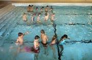 Schwimmunterricht gehört in der Schweiz zur Schulpflicht. (Bild: Christian Beutler / NZZ)