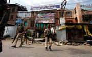 Indischen Soldaten patroullieren in den Strassen von Srinagar. (Bild: Farooq Khan / EPA)