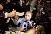 Von der Presse umzingelt: Am 8. November 2010 erhält Michel Houellebecq den französischen Literaturpreis «Prix Goncourt» für sein Buch «La carte et le territoire». (Bild: Thibault Camus / AP)