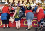 Besucherinnen eines Jahrmarkts in San Diego. (Bild: Mike Blake / Reuters)