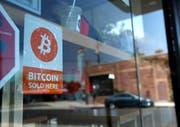 Die Preise bei diesem Laden in New York wechseln aufgrund der Kursausschläge bei Bitcoin sehr häufig. (Lucy Nicholson / Reuters)