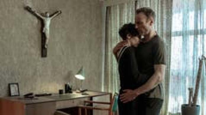 Amazing: Robert Karow (Mark Waschke) gets upset and must be comforted by Nina Rubin (Meret Becker). (Image: RBB)