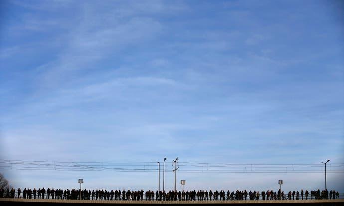 Beobachter auf einer Brücke während einer Pegida-Demonstration in Dresden. (Bild: Hannibal Hanschke / Reuters )