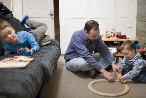 Geschiedene Väter sollen sich ebenso um ihre Kinder kümmern können wie die Mütter, fordert eine neue Organisation. (Bild: Keystone / Martin Ruetschi)