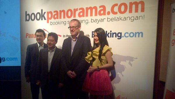 GM bookpanorama, CEO Panorama Group, CEO Booking.com dan bookpanorama Ambassador Sandra Dewi (Foto: Mutya/Okezone)