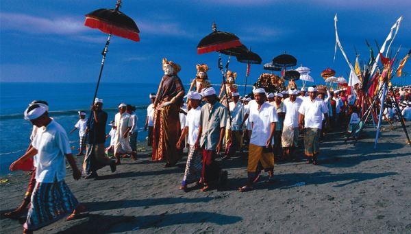 Upacara Melasti dilakukan 3-4 hari sebelum Nyepi (Foto: indonesiatravel)