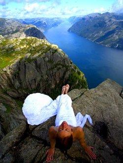 Jennifer dalam gaun pengantin saat keliling dunia (Foto: News)