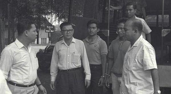 Usman Haji Mohammed Ali dan Harun Said (ketiga dan keempat dari kiri/ Straits Times)