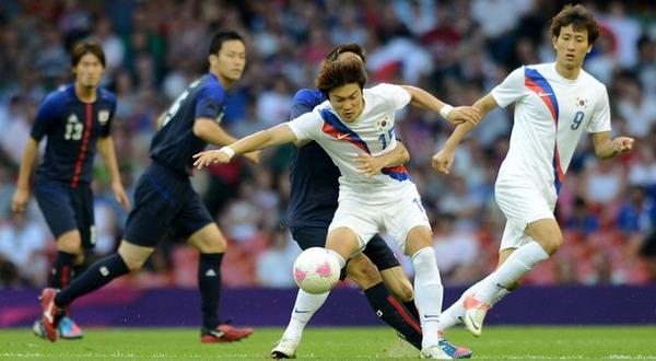 Pemain Korsel tengah berjibaku dengan pemain Jepang. (Foto: Getty Images)