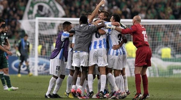 Para pemain Malaga merayakan keberhasilan mereka lolos ke fase grup Liga Champions. (Foto: uefa.com)