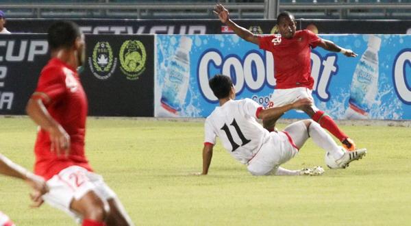 Okto Maniani berduel dengan pencetak gol kedua Korea Utara Jong Il Gwan/Heru Haryono (Okezone)