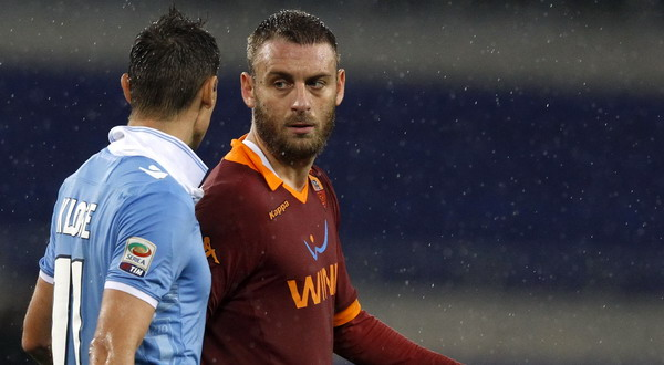 Daniele De Rossi yang juga bersitegang dengan Miroslav Klose. (Foto: Reuters)