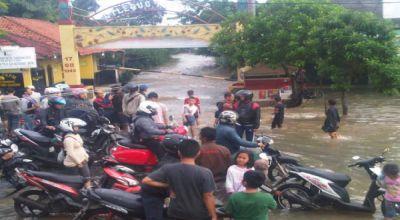 Jalan KH Hasyim Ashari banjir (Foto: Amba Dini/Okezone)