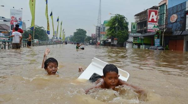 Anak-anak bermain di lokasi banjir (Foto: Dok Okezone)