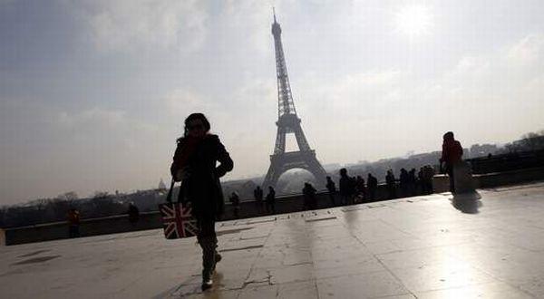 Perempuan di Paris bebas mengenaka celana panjang (Foto: Sky News)