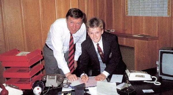 Sir Alex Ferguson saat mengontrak Beckham pada usia 14 tahun (Foto: Dirty Tackle)