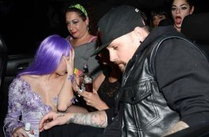 Miley Cyrus & Bekas Pacar Paris Hilton Ciuman di Pesta Halloween