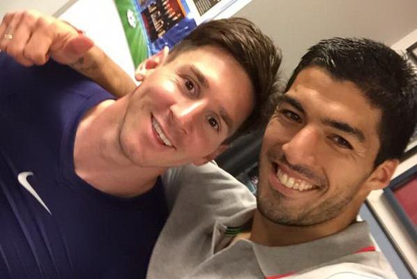 Cara Suarez dan Messi merayakan kemenangan atas Bayern Munich (Foto: @LuisSuarez9)