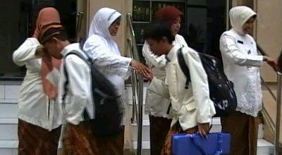 Siswa SMP 1 Solo gunakan pakaian tradisional (Foto: Septyantoro/Sindo TV)