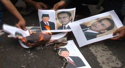 Foto SBY-Boediono dibakar mahasiswa (Foto: Risna/okezone)
