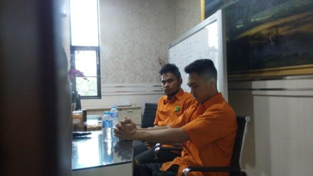 Medi dan Budi, pelaku pemerkosaan terhadap TD (16) ditangkap (Foto: Arie Dwi Satrio).