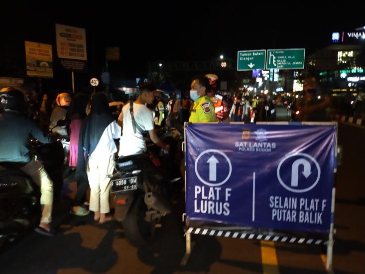 Malam Takbiran, Petugas Putar Balik Ratusan Kendaraan Nekat ke Puncak Bogor : Okezone Megapolitan