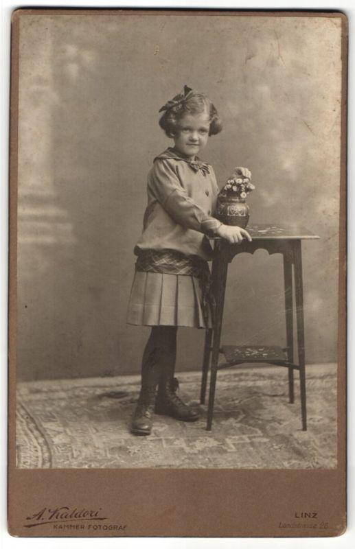 Fotografie A Kaldori Linz Mdchen mit Haarschleife  Blumenvase Nr 7519332  oldthing