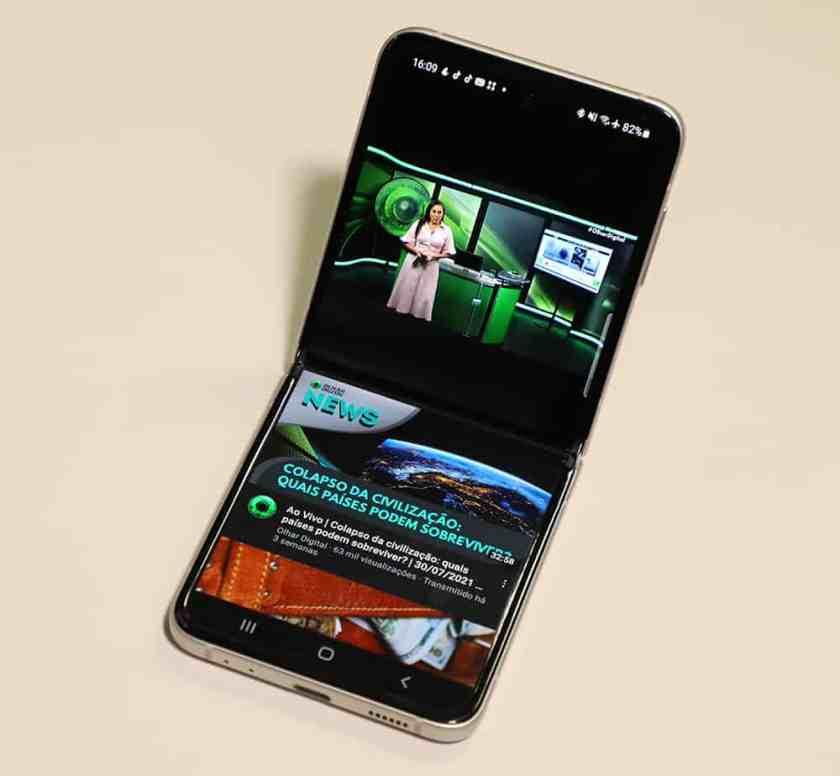 Galaxy Z Flip 3 in Flex Mode