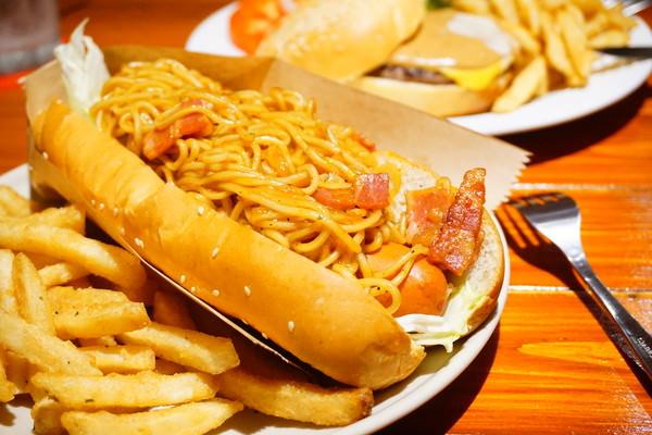 """【基隆仁愛美食】Sr. Nio 尼爾先生  *♥基隆火車站美食""""大份量美式漢堡""""炒麵熱狗堡"""
