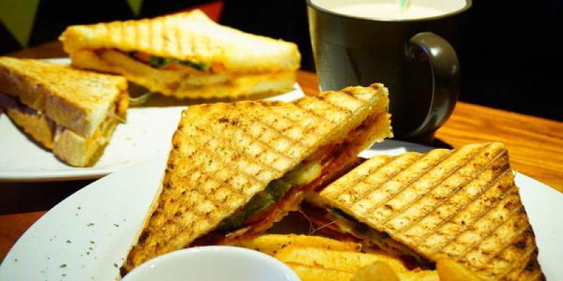 """【新北板橋早午餐】小廚房 Kitchenette CAFE  *♥滿滿餡料帕尼尼""""小展覽"""