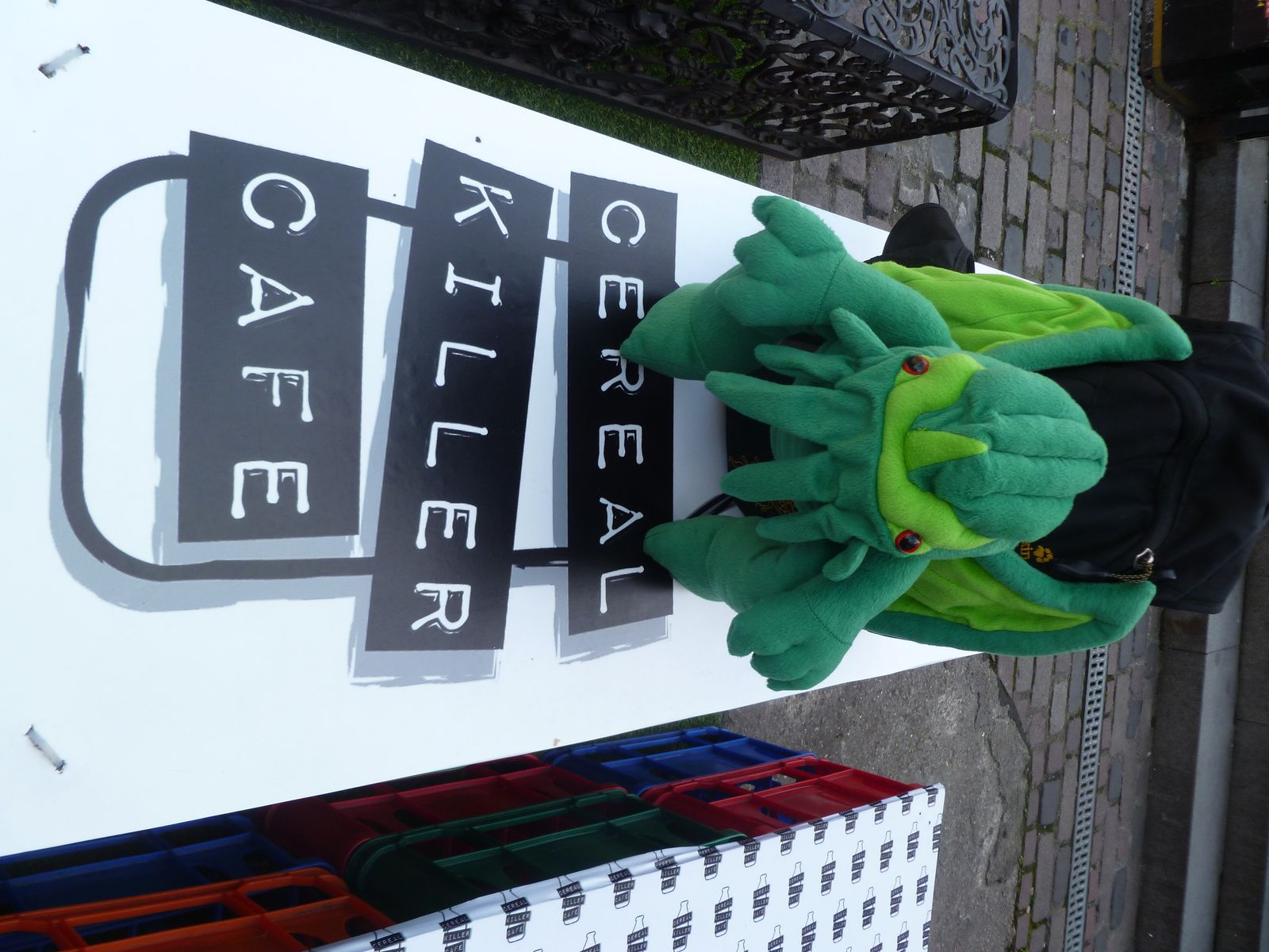 Cthulhu pose devant le Cereal Killer Café...