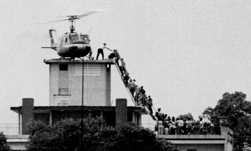 """Fuite de Saigon par les occupants US (toit de l'ambassade) et leurs """"collabos-opposants modérés"""" - 30 avril 1975 -"""