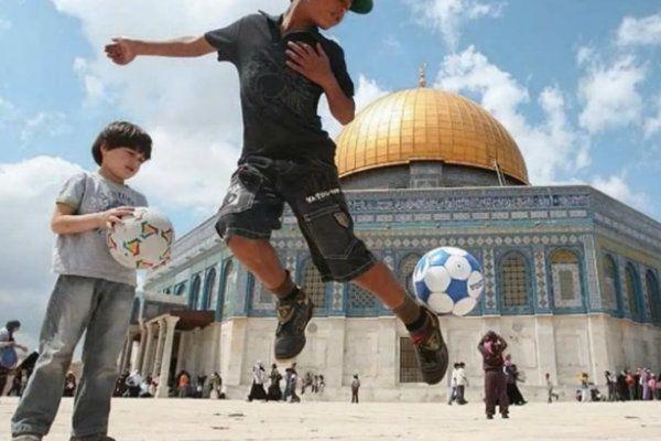"""Résultat de recherche d'images pour """"photos d'enfants jouant au foot sur le mont du Temple"""""""