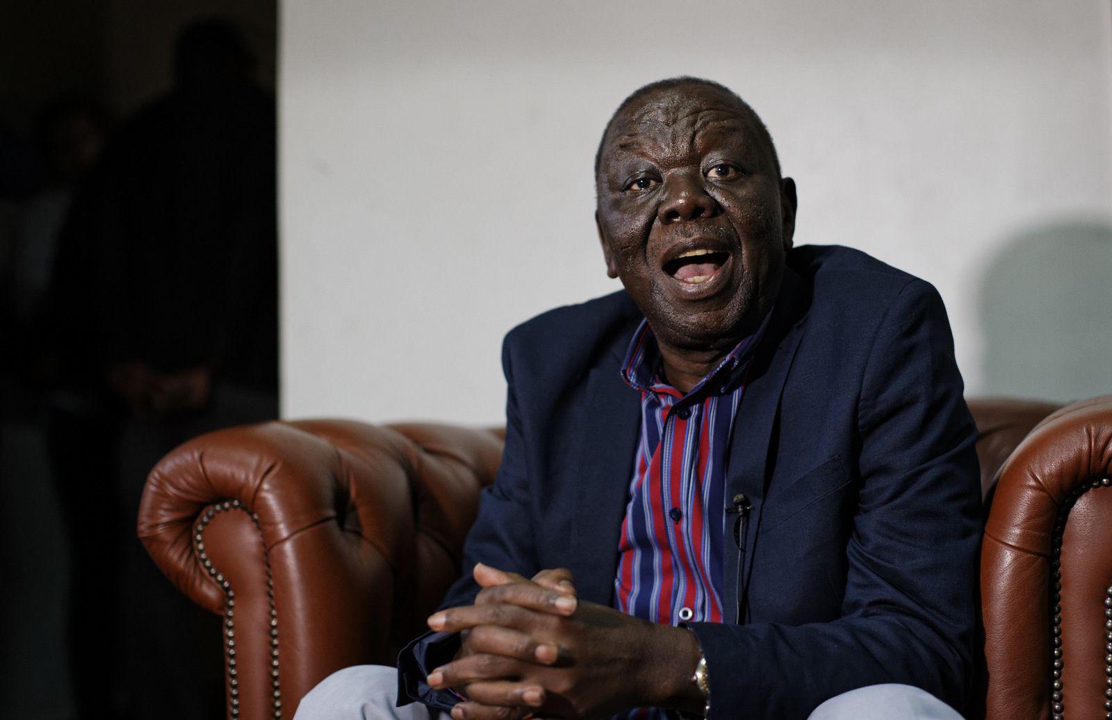Le leader de l'opposition zimbabwéenne Morgan Tsvangirai prend la parole après avoir donné une conférence de presse chez lui à Harare, Zimbabwe, le 16 novembre 2017. M. Tsvangirai a déclaré que le président Robert Mugabe devait démissionner et a appelé à la mise en place d'un mécanisme de transition négocié. (AP/Ben Curtis)