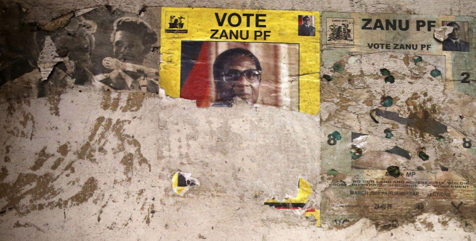 """Photo du haut   Une affiche électorale de la campagne électorale Zanu Pf 2008 sur le mur d'un vieux bâtiment délabré dans la banlieue de Mbara à Harare, vendredi 17 novembre 2017. L'armée zimbabwéenne affirme qu'elle réalise des """" progrès notables """" dans les pourparlers avec le président Robert Mugabe en vue de son départ alors qu'elle poursuit et arrête certains alliés du dirigeant et de son épouse. (AP Photo)"""