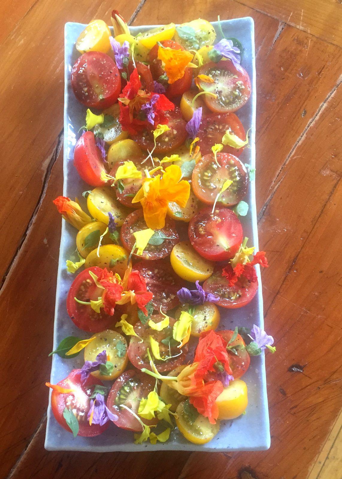 Salade de tomates cerises aux fleurs poivrées