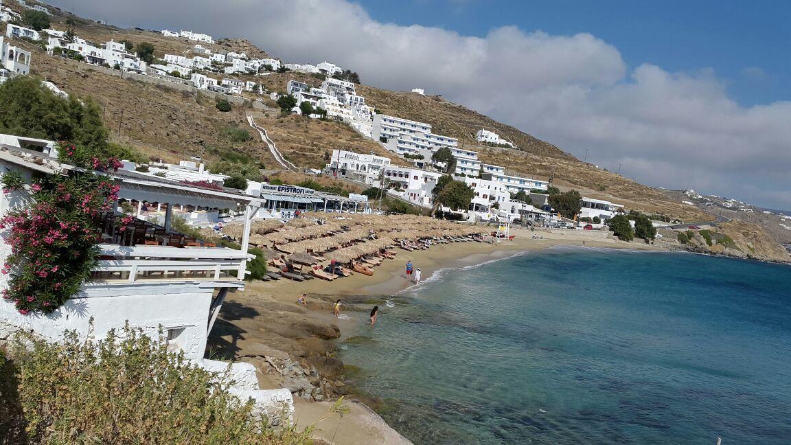 Et le lieu est incroyable ! Sur la photo , en premier plan la terrasse de la Taverne Petran à Agios Stefanos , Mykonos