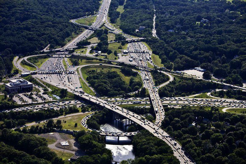 Les infrastructures destinées à l'automobile sont très lourdes et payées par les impôts. Echangeur routier aux Etats-Unis. Source: www.alexmaclean.com