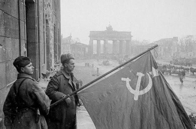 Sur la Place Rouge, Moscou, le 24 juin 1945. Sur le front. Berlin...