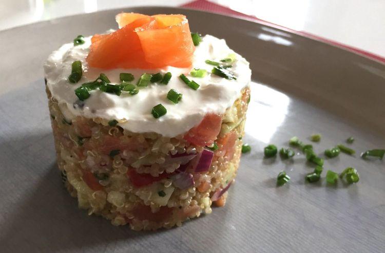 Tartare de quinoa, truite fumée, crème de chèvre et ciboulette