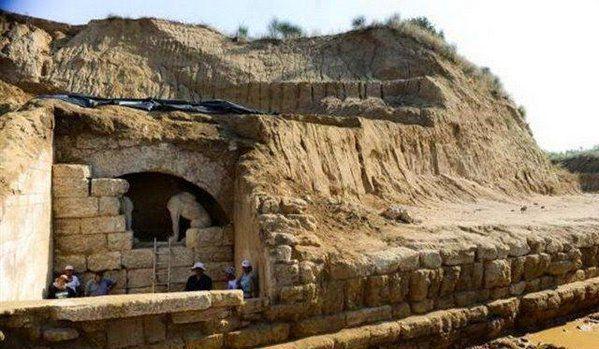 Grèce: découverte d'une tête de sphinx dans le mystérieux tombeau d'Amphipolis